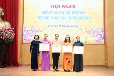 -Đại diện Hội LHPN thành phố Hà Nội trao Bằng khen của Hội cho các tập thể có thành tích xuất sắc trong thực hiện phong trào thi đua năm 2019