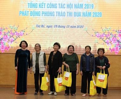 -Đại diện Hội LHPN TP Hà Nội tặng quà Tết 5 hội viên phụ nữ có hoàn cảnh khó khăn trên địa bàn quận Tây Hồ