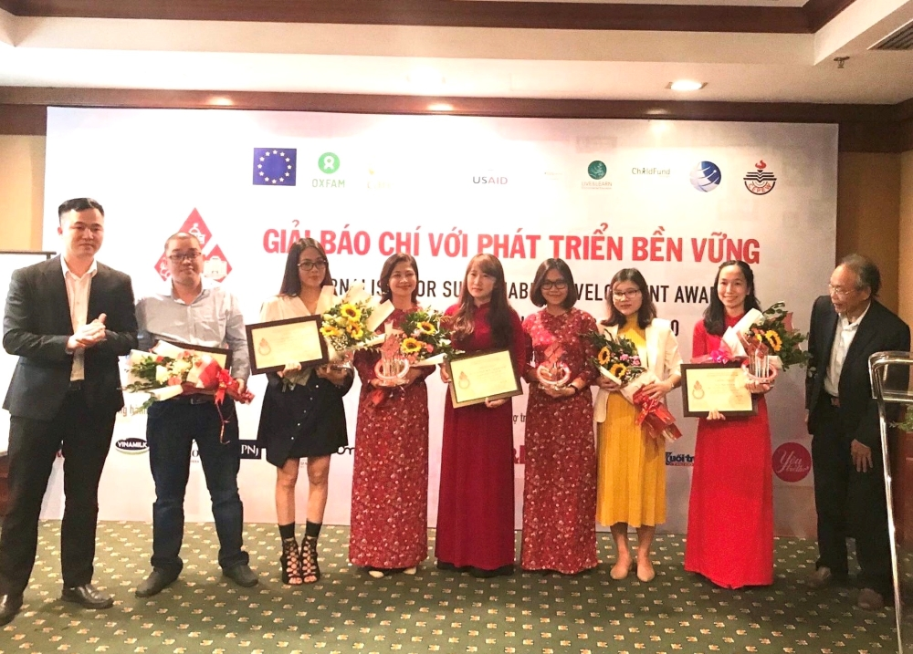 Ban tổ chức trao giải cho các tác giả