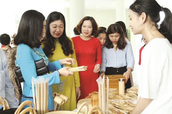 Đồng chí Lê Kim Anh (thứ ba từ trái sang) cùng các đại biểu thăm gian hàng giới thiệu sản phẩm thân thiện môi trường tại Ngày hội phụ nữ Thủ đô sáng tạo khởi nghiệp 2019