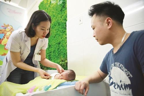 Bác sĩ Nguyễn Phương Trà trò chuyện, vui cùng hạnh phúc khi được đón chào thành viên mới của các gia đình