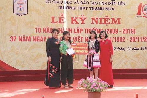 Bà Lê Quỳnh Trang - Tổng Biên tập báo PNTĐ (đầu tiên bên trái) trao học bổng cho nữ sinh nghèo vượt khó ở trường THPT Thanh Nưa (Điện Biên)