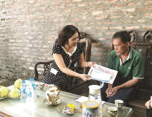 Bà Lê Thị Hồng Minh - Phó tổng Biên tập báo PNTĐ trao hỗ trợ từ Quỹ Vì phụ nữ và trẻ em hoạn nạn.
