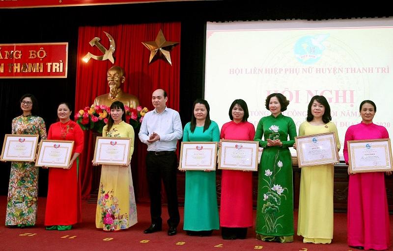 Đồng chí Lê Kim Anh Chủ tịch Hội LHPN Hà Nội và đồng chí Nguyễn Việt Phương- Phó Bí thư Thường trực huyện ủy trao bằng khen cho các tập thể đạt thành tích xuất sắc năm 2019