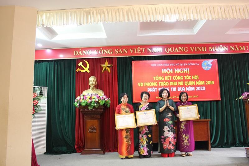 Đồng chí Lê Thị Thiên Hương - Phó Chủ tịch Hội LHPN Hà Nội trao bằng khen của Trung ương Hội LHPN Việt Nam cho các tập thể đạt thành tích xuất sắc năm 2019
