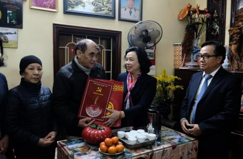 Phó Bí thư Thường trực Thành ủy Ngô Thị Thanh Hằng chúc Tết các gia đình có công