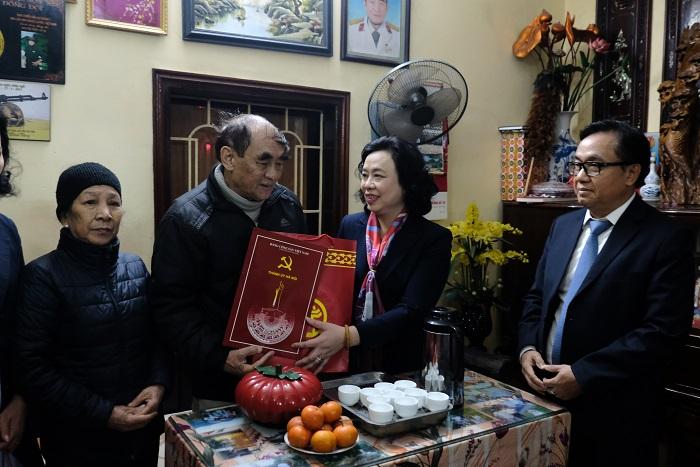 Phó Bí thư Thường trực Thành ủy Ngô Thị Thanh Hằng chúc Tết gia đình ông Nguyễn Tiến Sửu