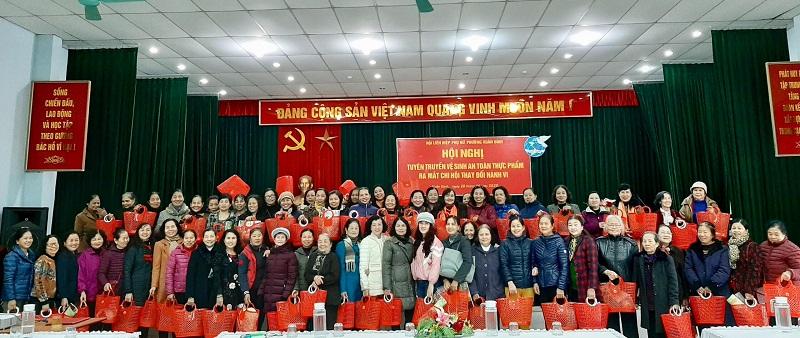 Cán bộ hội viên phụ nữ tham gia hội nghị tuyên truyền và nhận làn nhựa do Hội LHPN trao tặng bằng nguồn xã hội hóa nhằm giảm thiếu túi ni lông, bảo vệ môi trường