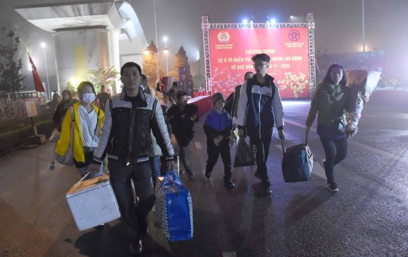 Từ 5 giờ sáng, nhiều gia đình công nhân phấn khởi ra điểm tập kết, lên xe về quê đón Tết
