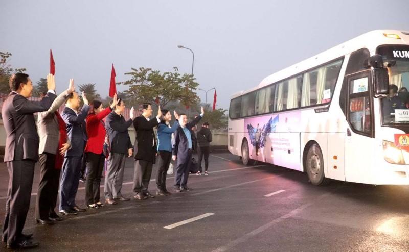Các đồng chí lãnh đạo TP tiễn công nhân về quê đón Tết