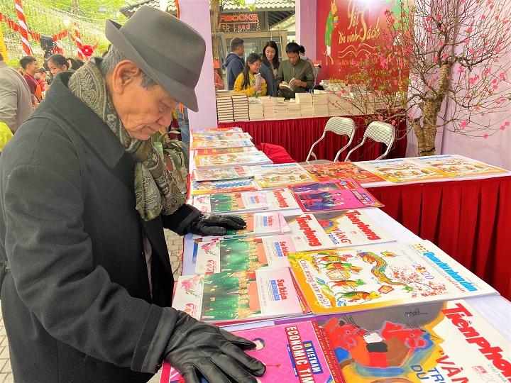 Năm nay, Ban tổ chức vẫn tiếp tục duy trì không gian giới thiệu Báo Tết Dương lịch, Báo Tết Canh Tý và nghệ thuật Thư pháp, nặn Tò he, tranh dân gian, tranh vải nhân dịp khai Xuân.