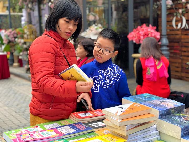 Các em nhỏ được bố mẹ đưa đến Phố sách Xuân Canh Tý để lựa chọn những cuốn sách, tác phẩm văn học yêu thích.