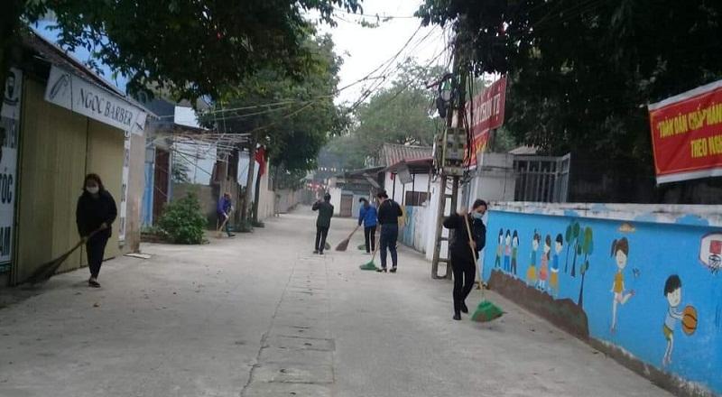 Hội viên phụ nữ tham gia tổng vệ sinh đường làng xóm ngõ