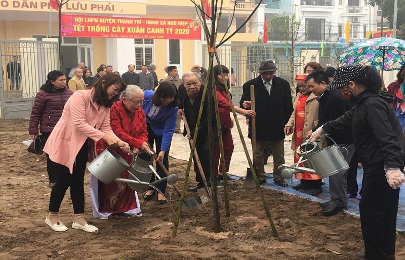 Các đại biểu tham gia trồng cây tại xã Ngũ Hiệp