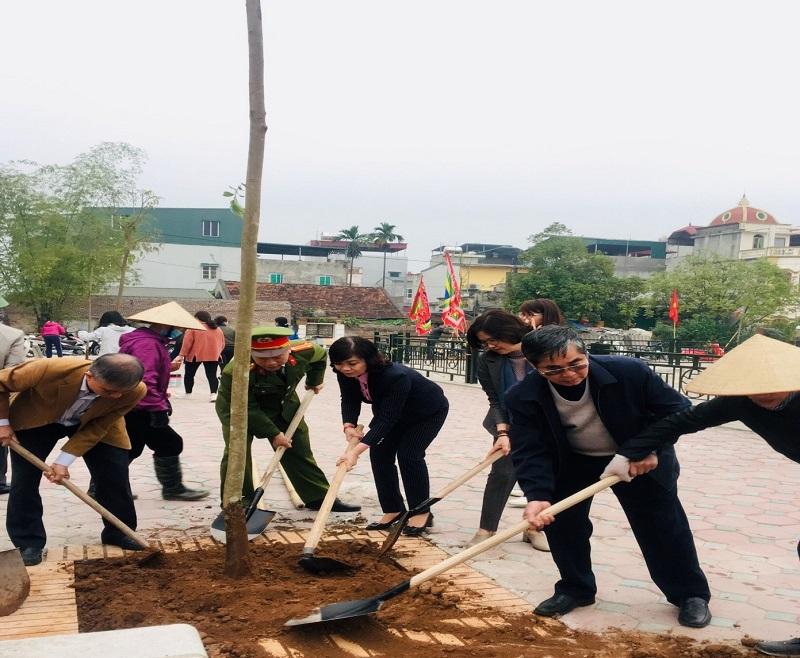 Các đại biểu tham gia trồng cây tại xã Vĩnh Quỳnh