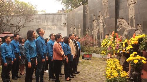 Đoàn viên, thanh niên Khối Các cơ quan TP Hà Nội dâng hương tại Đài tưởng niệm các anh hùng, liệt sĩ Hỏa Lò