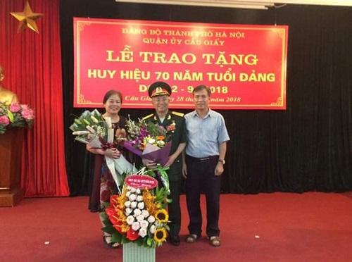 Đại tá Vương Chất cùng con gái và con trai trong ngày nhận huy hiệu 70 năm tuổi Đảng