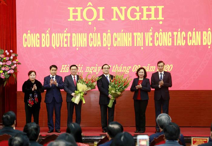 Các đồng chí Thường trực Thành uỷ Hà Nội tặng hoa chúc mừng đồng chí Vương Đình Huệ và Hoàng Trung Hải nhận nhiệm vụ mới