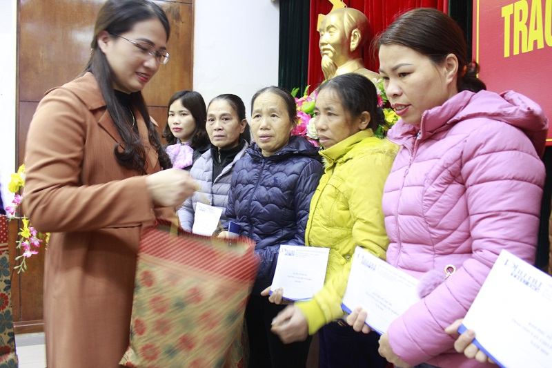Chị Nguyễn Thị Hương Trà - Chủ tịch Hội LHPN huyện Gia Lâm tặng quà cho các hộ gia đinh