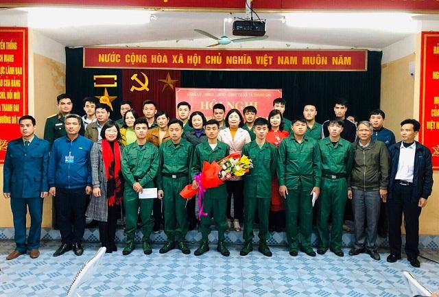 Lãnh đạo Hội LHPN huyện cùng các đại biểu tặng hoa, quà động viên tân binh lên đường nhập ngũ
