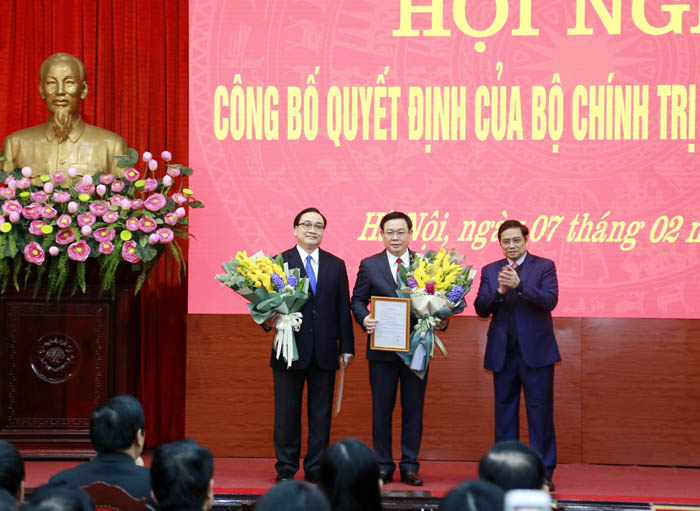 Trưởng ban Tổ chức Trung ương Phạm Minh Chính tặng hoa chúc mừng hai đồng chí nhận nhiệm vụ mới