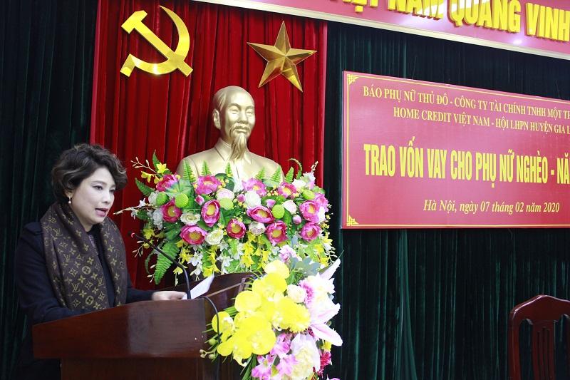 Nhà báo- TBT báo Phụ nữ Thủ đô Lê Quỳnh Trang phát biểu tại buổi trao vốn