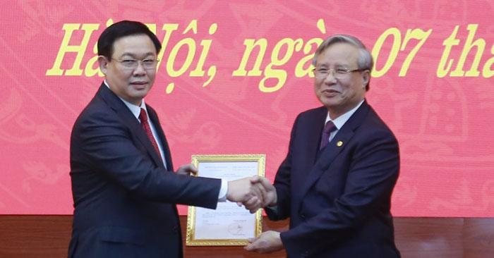 Thường trực Ban Bí thư Trần Quốc Vượng trao Quyết định cho tân Bí thư Thành uỷ Hà Nội Vương Đình Huệ