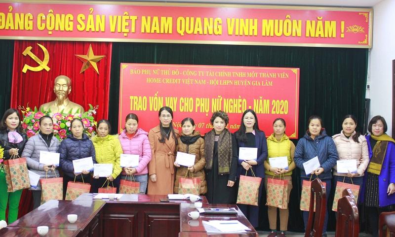 TBT  báo Phụ nữ Thủ đô Lê Quỳnh Trang, cùng lãnh đạo Hội LHPN huyện Gia Lâm trao vốn vay không lấy lãi cho các hộ gia đình