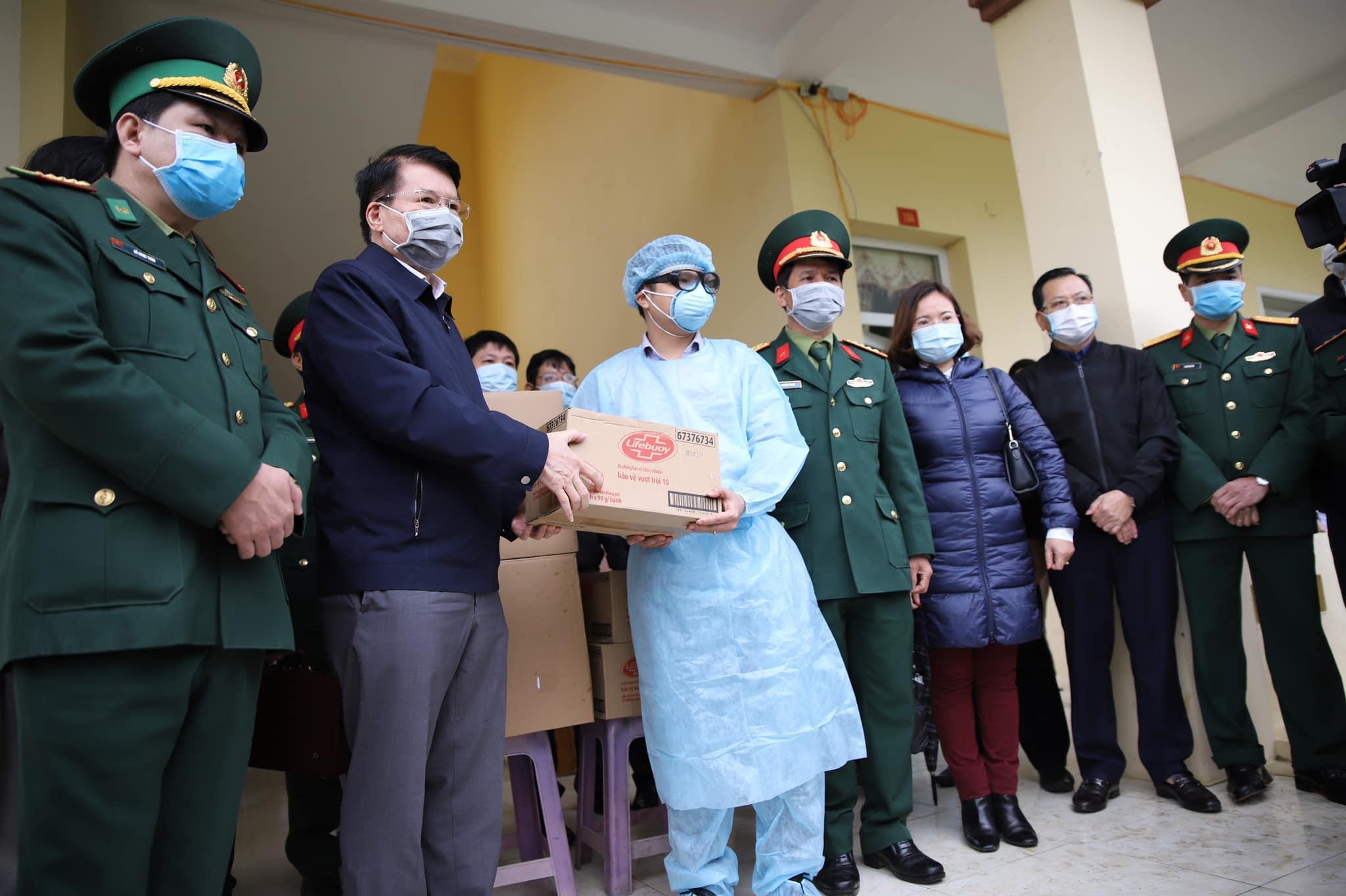 Thứ trưởng Trương Quốc Cường trao tặng khẩu trang và bánh xà phòng rửa tay cho các cán bộ, nhân viên tại Cửa khẩu quốc tế Lào Cai - Hà Khẩu và Trường Quân sự tỉnh.