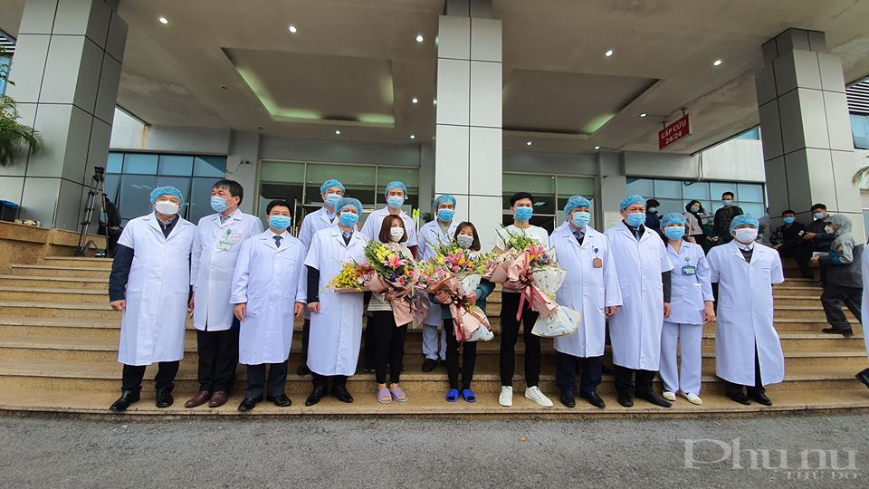 Đại diện lãnh đạo Bộ Y tế và bệnh viện Nhiệt đới Trung ương tặng hoa chúc mừng 3 bệnh nhân Vĩnh Phúc xuất viện