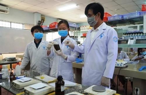 Các trường đại học  sản xuất nước sát khuẩn tặng miễn phí