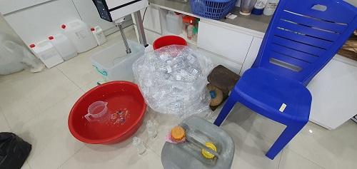 Dụng cụ tự chế gel rửa tay khô gắn mác Học viện Quân y vừa bị lực lượng chức năng TP Hà Nội phát hiện, thu giữ