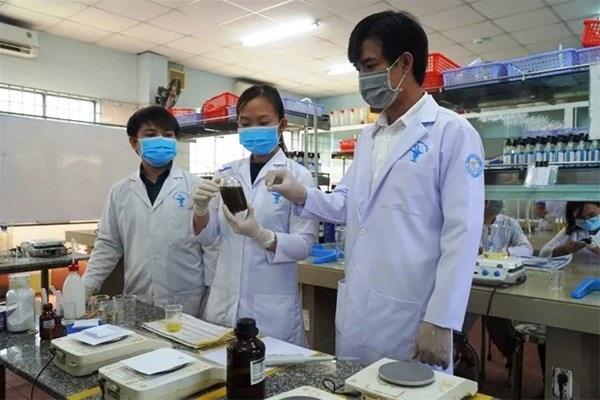 Các giảng viên đại học Lạc Hồng điều chế thành công nước rửa tay khô ngừa nCoV ngay trong phòng thí nghiệm của trường.