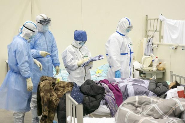 Các bác sĩ chẩn đoán cho bệnh nhân tại một bệnh viện ở thành phố Vũ Hán.