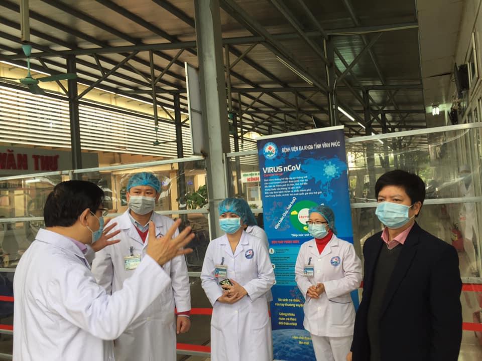 PGS.TS Lương Ngọc Khuê, Cục trưởng Cục QLKCB hướng dẫn cán bộ y tế tỉnh Vĩnh Phúc về chẩn đoán điều trị, dự phòng, kiểm soát nhiễm khuẩn bệnh viêm đường hô hấp cấp tính Covid-2019.