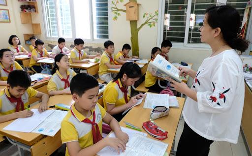 Giáo viên trường Tiểu học Nguyễn Du, quận Hoàn Kiếm hướng dẫn học sinh ôn bài.