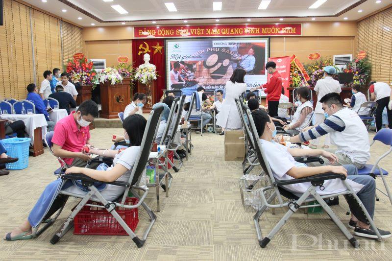 Đông đảo cán bộ, công nhân viên bệnh viện Phụ sản Hà Nội tham gia hiến máu trong ngày 14/2