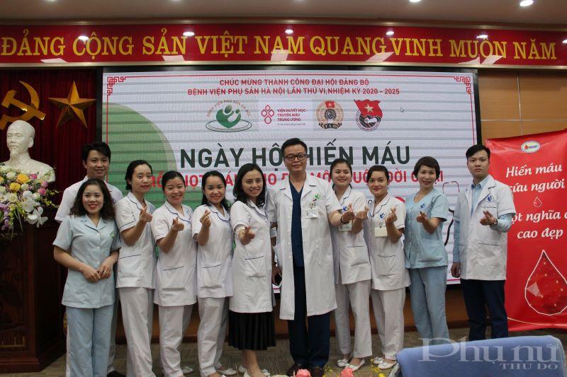 Các nhân viên trong khoa vui vẻ chụp ảnh lưu niệm tại ngày hội hiến máu tình nguyện của bệnh viện