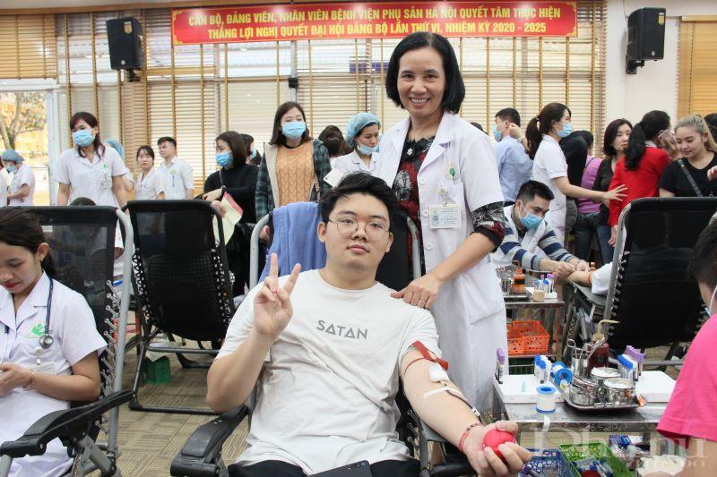Lần đầu tiên tham gia hiến máu, sinh viên năm hai đại học Bách Khoa Hà Nội Lê Quốc Hưng (con trai ThS.BS Nguyễn Thị Nguyệt Ánh - Phó trưởng phòng kế hoạch tổng hợp) cảm thấy hơi run, nhưng rất vui vì mình làm được một việc ý nghĩa.