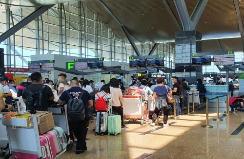 148 du khách Trung Quốc được đưa về nước từ sân bay Cam Ranh