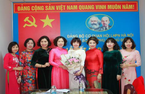Chi bộ Báo Phụ nữ Thủ đô kết nạp đảng viên mới