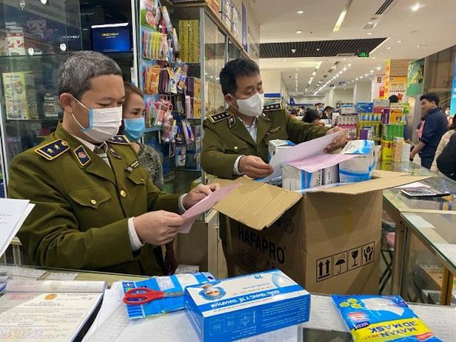 Lực lượng quản lý thị trường ra quân kiểm tra các cơ sở kinh doanh bán thiết bị y tế không có nguồn gốc, xuất xứ.