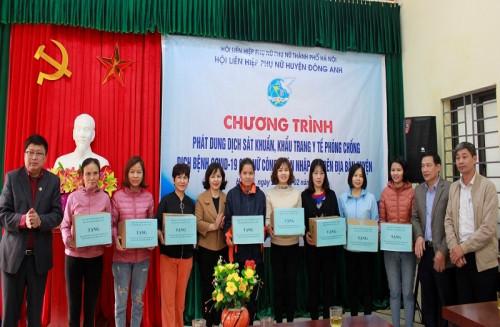 Phát dung dịch sát khuẩn, khẩu trang y tế miễn phí cho nữ  công nhân nhập cư