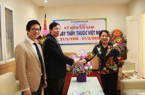 Hội LHPN Hà Nội: Thăm, chúc mừng ngành Y tế nhân ngày Thầy thuốc Việt Nam