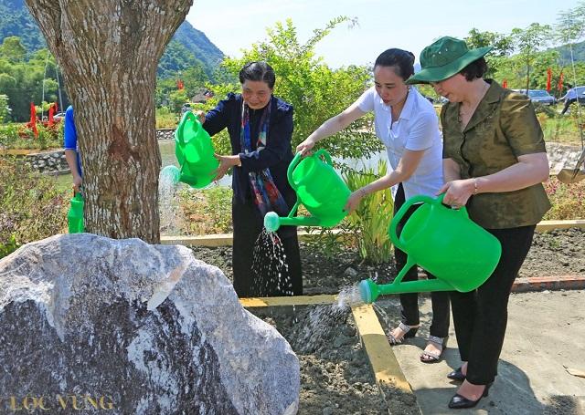 Phó Chủ tịch thường trực Quốc hội Tòng Thị Phóng và Tổng giám đốc Đỗ Nguyệt Ánh trồng cây lưu niệm tại UBND xã Vĩnh Lạc.