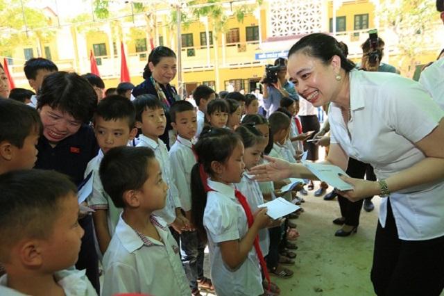 Tổng giám đốc Đỗ Nguyệt Ánh trao 36 suất học bổng cho học sinh nghèo trường Tiểu học Vĩnh Lạc (Vĩnh Phúc).