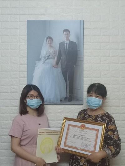 Gia đình bà Trịnh Thị Ngọc Minh nhận Giấy khen của UBND Phường vì thành tích gương mẫu, chủ động, tích cực thực hiện các biện pháp phòng, chống dịch Covid-19