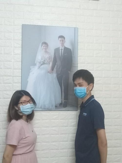 Dù không tổ chức đám cưới, nhưng, con trai, con dâu bà Minh vẫn có niềm vui vẹn tròn. Cặp đôi chụp bức ảnh vui để ghi nhớ