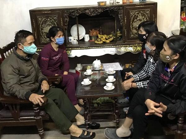 Các cán bộ phụ nữ đến nhà tuyên truyền, vận động gia đình hội viên ở thôn Tiên Hội cân nhắc thời gian tổ chức đám cưới cho con để phòng chống dịch Covid-19