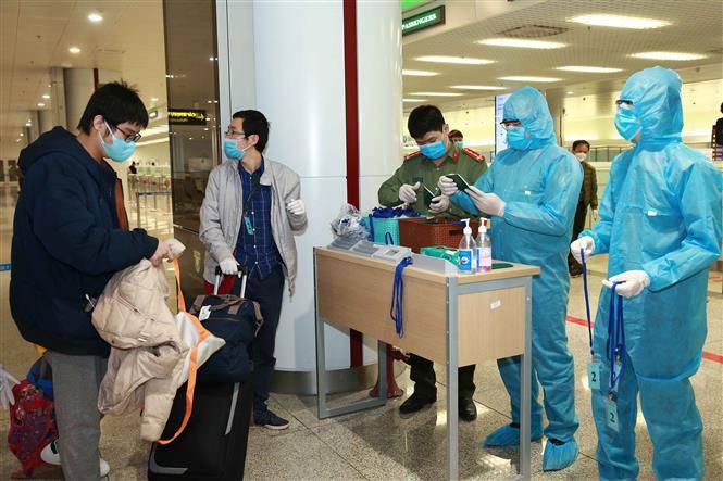 Người Việt Nam nhập cảnh tại sân bay được kiểm tra dịch tễ nghiêm ngặt.